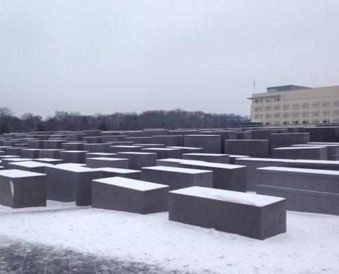 אנדרטה בשלג