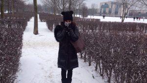 מטיילת בשלג